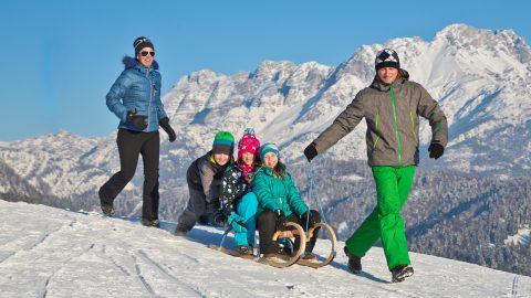 familie rodelpartie winter