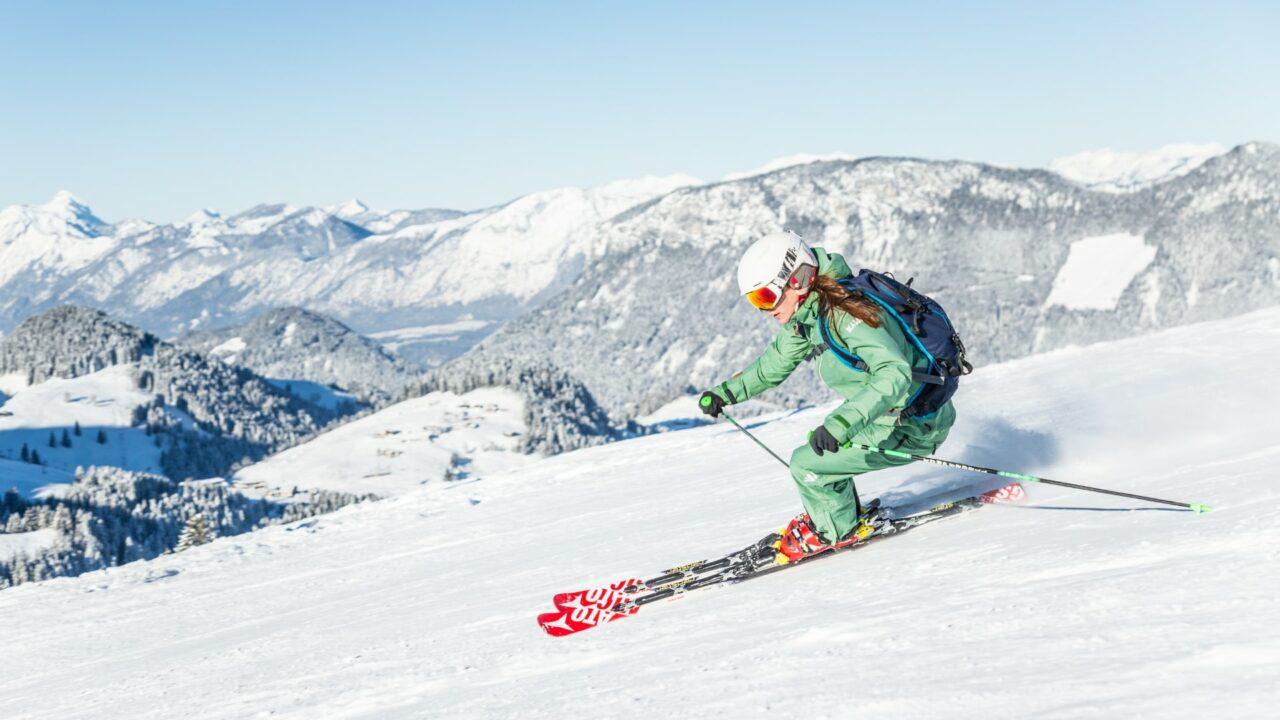 skifahrerin in der region kitzbueheler alpen brixental